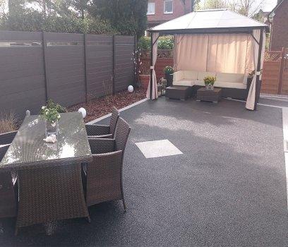 Private Terrasse außen mit neuem Bodenbelag